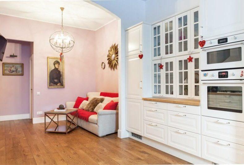 Сиренево-розовые стены в интерьере кухни-гостиной с недостаточным освещением