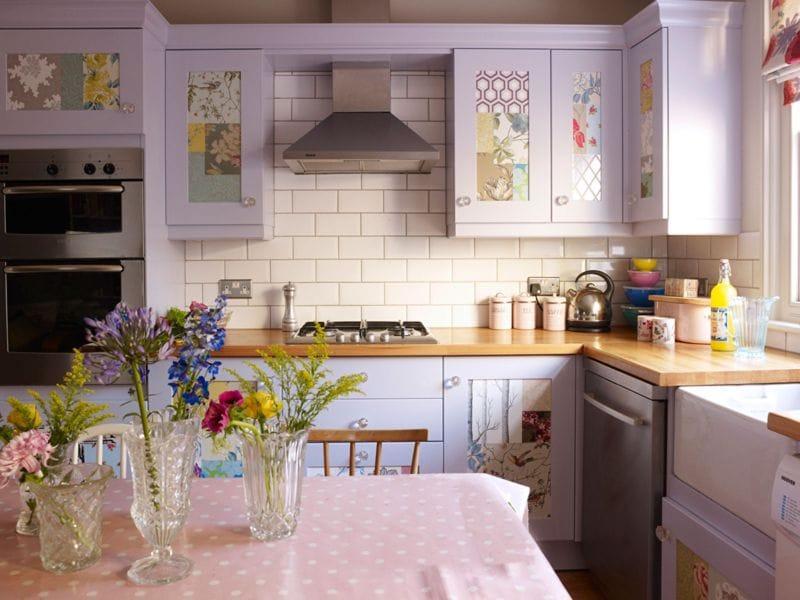Интерьер кухни в монохромной гамме в сиреневых тонах