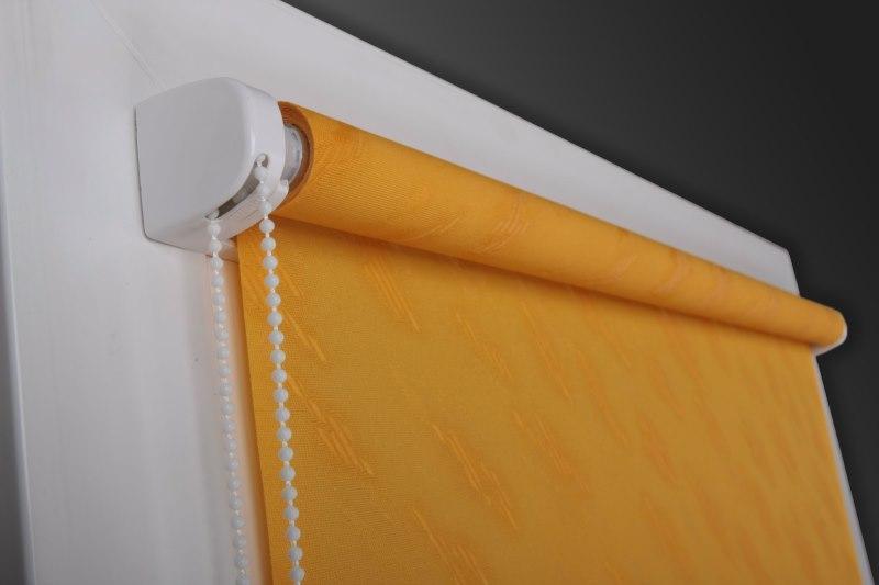Фото открытой рулонной шторы для ПВХ-окна