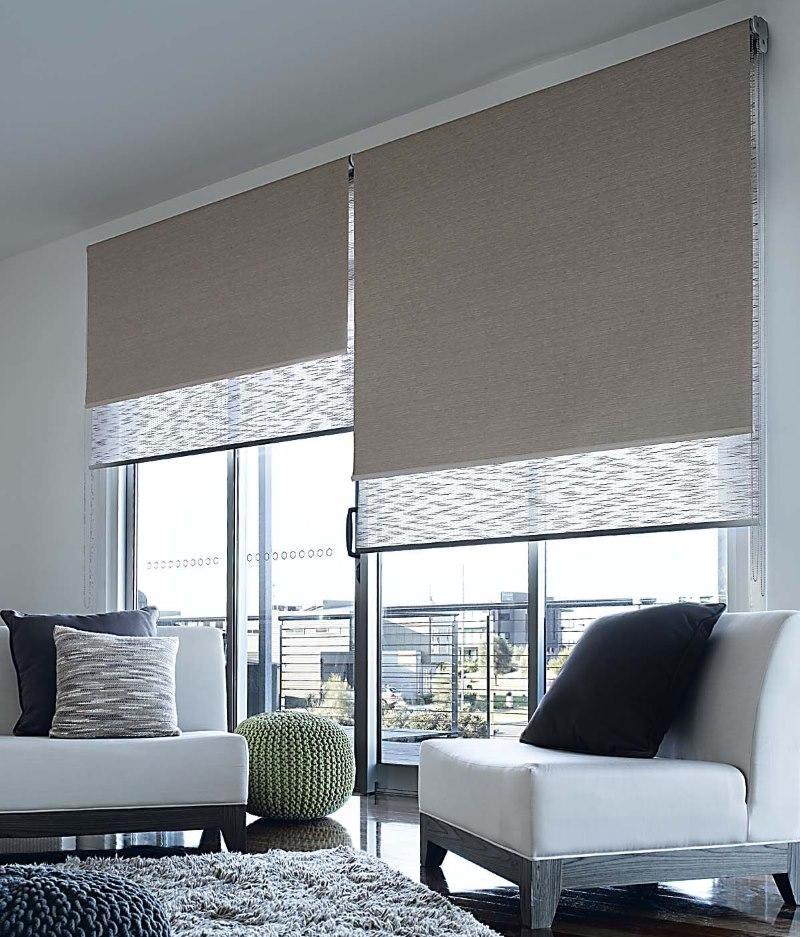 Оформление окна гостиной двойными шторами рулонного типа