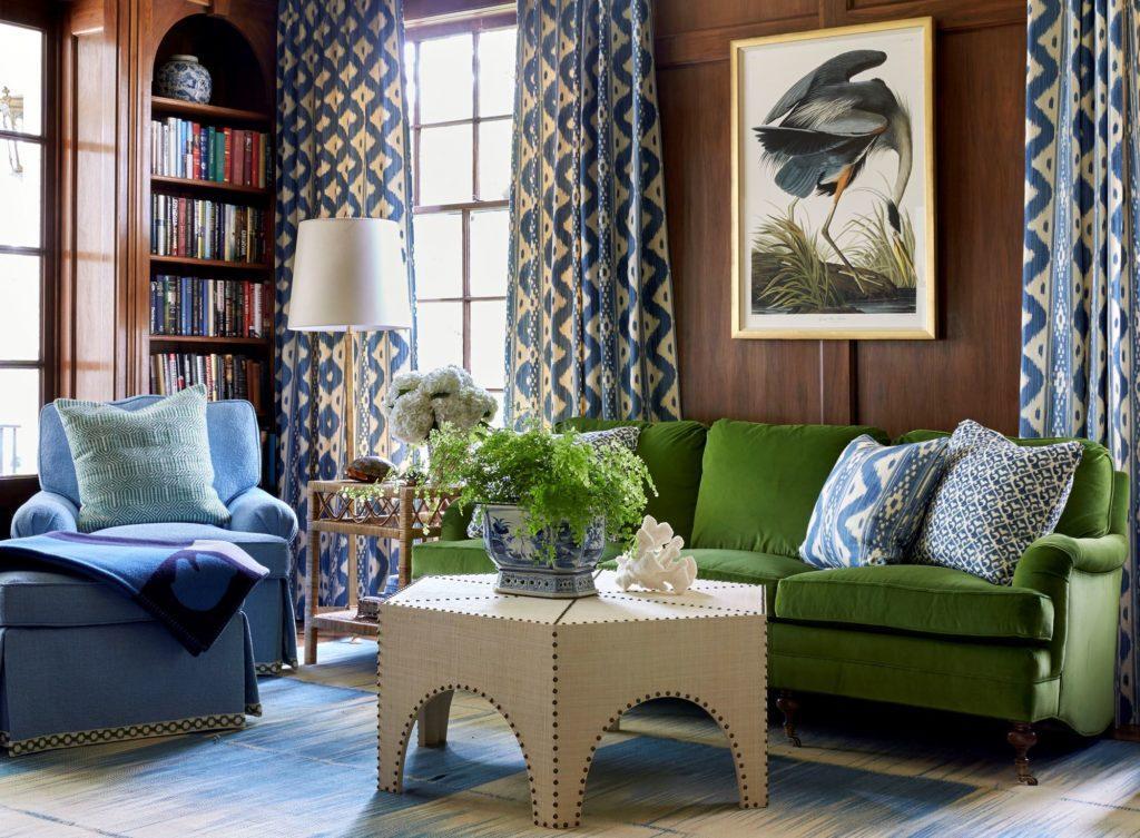 Зелёный диван с резными ножками
