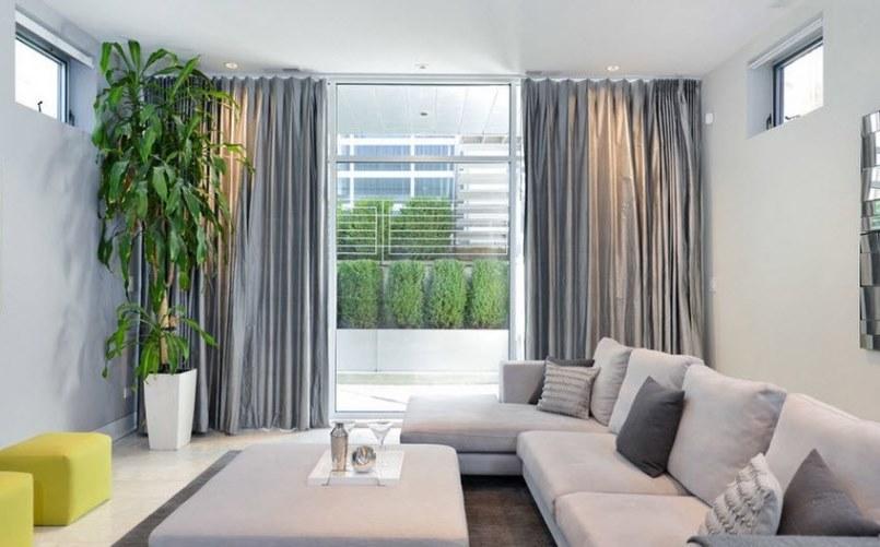 серебристые шторы в гостиной со светлой мебелью