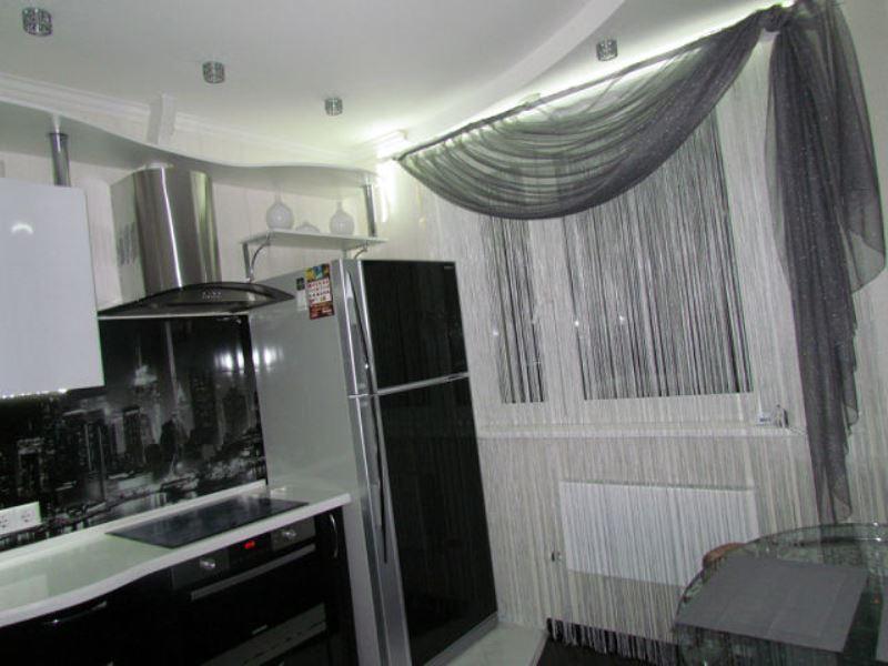 серебристые шторы для кухни
