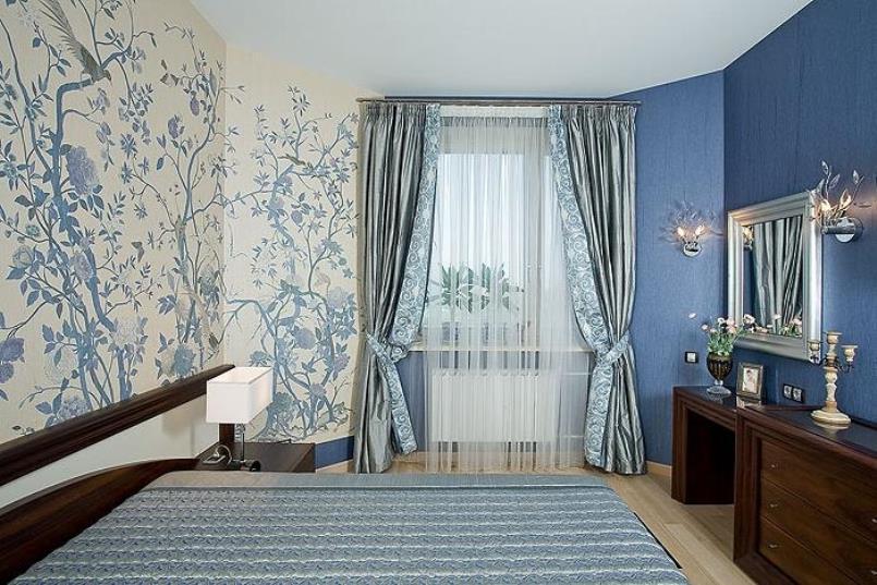 серебристые шторы и обои в синих тонах