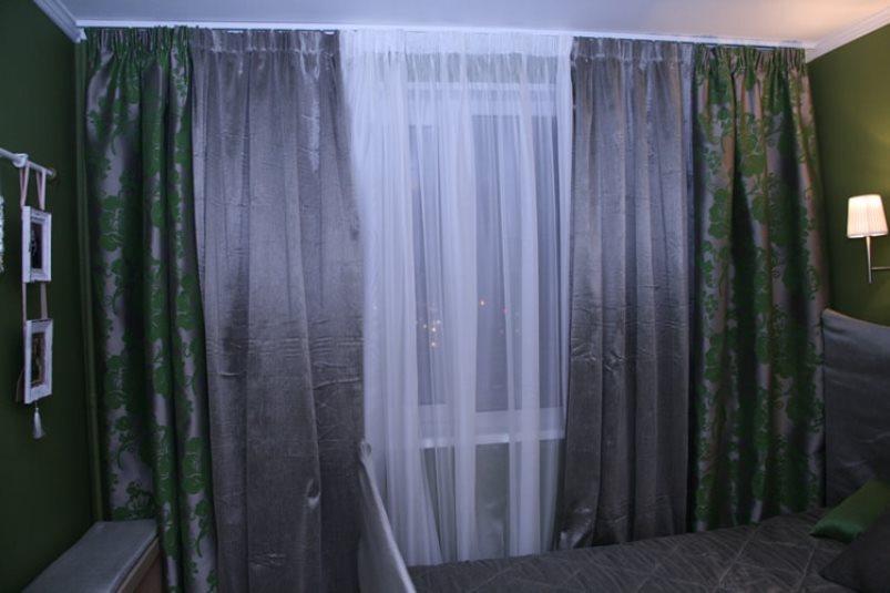 серебристые шторы и темно зеленые обои