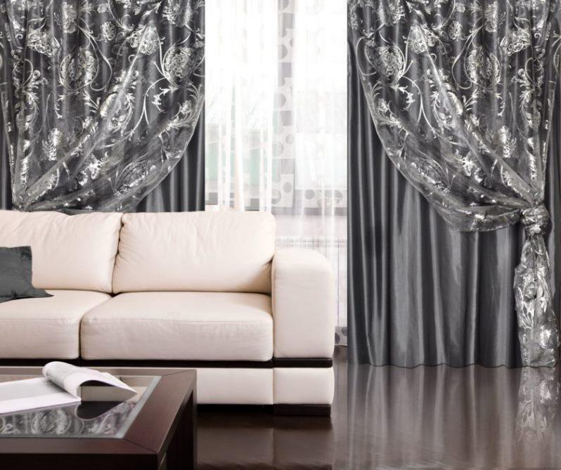 темные серебристые шторы в гостиной с гардинами из органзы