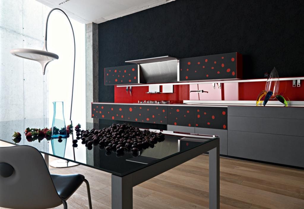 Фартук на черно-красной кухне
