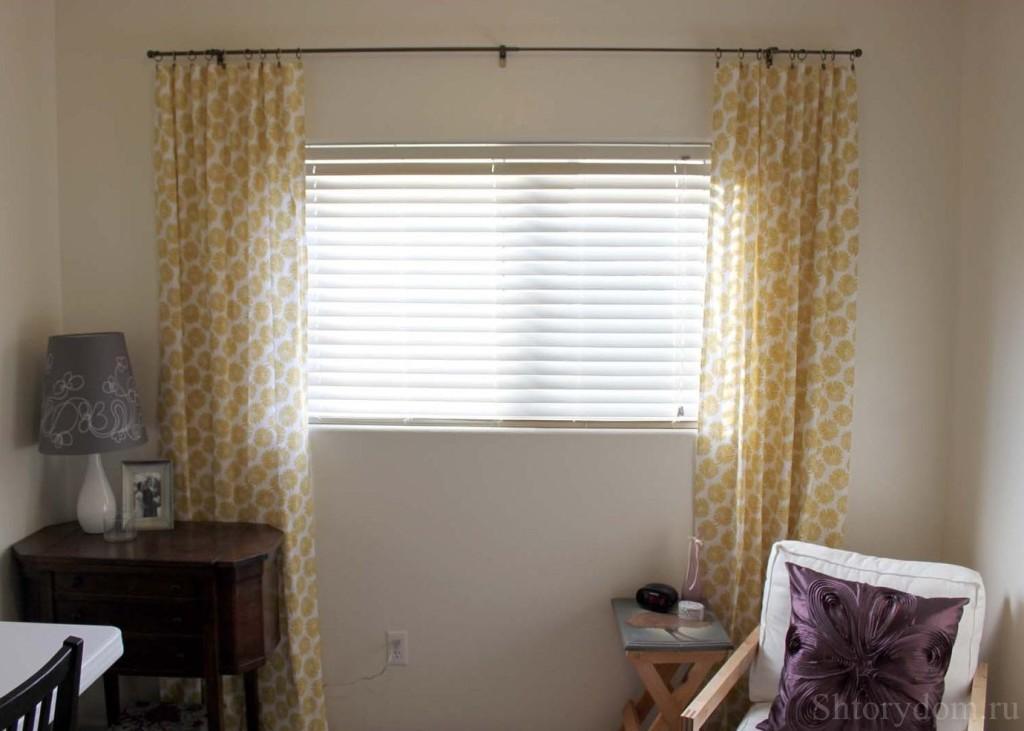 Даже маленькую комнату с непропорциональным окном способны преобразить простые портьеры
