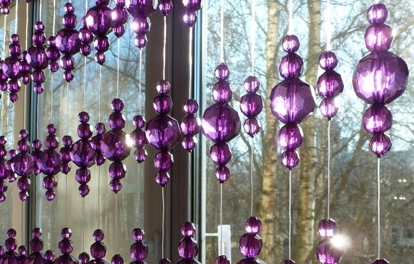 Шторы с фиолетовыми бусинами фото