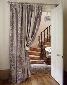 Оформление шторами проема с лестницей