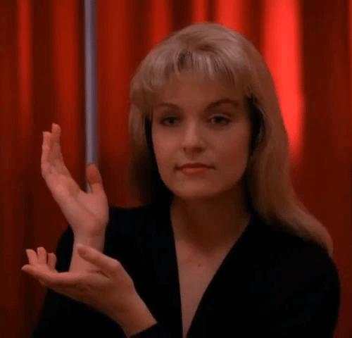 Красная комната, пирог и кофе. <br />8 незабываемых символов «Твин Пикс» 10″></div><p>    За все сезоны сериала мёртвая Лора Палмер несколько раз складывает руки в странный жест и говорит Куперу: «Тем временем» (Meanwhile). Насчёт жеста существует несколько версий. Самая популярная гласит, что это ведическая мудра (символический жест), означающая «бесстрашие». Другая версия— жест крадёт время Дейла Купера, запертого в Красной комнате, и перематывает время на 25 лет вперёд. Ещё одна догадка —Лора изображает, будто держит некий невидимый предмет— картину или вазу — или вовсе показывает, что спит на подушке.</p><div class=