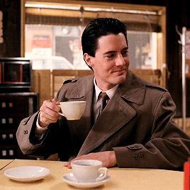 Красная комната, пирог и кофе. <br />8 незабываемых символов «Твин Пикс»»></div><p>    Еда— это просто еда. Но иногда она совсем не то, чем кажется, — особенно если за дело берутся фанаты. На протяжении всего сериала агент Купер нахваливает кофе, чёрный как ночь, и все вокруг то и дело его варят и пьют. Считается, что кофе выражает суть самого агента Купера— всегда бодрого, обладающего ясным умом, готового к стремительным действиям. Так, кофе, застывший в чашке агента в Красной комнате, — это одновременно предостережение, насмешка и способ показать, что в мире духов правила Дейла Купера не действуют.</p><p>    Ну и, разумеется, Дэвид Линч тоже очень любит кофе.</p><div class=