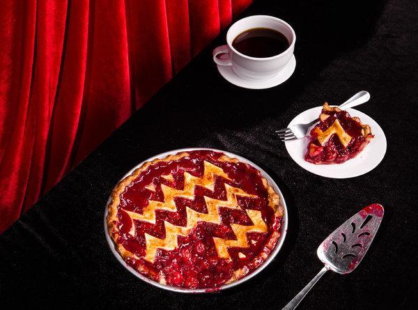 Красная комната, пирог и кофе. <br />8 незабываемых символов «Твин Пикс» 6″></div><p>    Знаменитый вишнёвый пирог, который подают в местном кафе RR Dine»,— гимн уютной провинциальности… и скрытой сексуальности. Да, если кофе— это символ Агента Купера, то вишнёвый пирог и вишня— символы роковых красоток Твин Пикс, Лоры Палмер и Одри Хорн.</p><div class=
