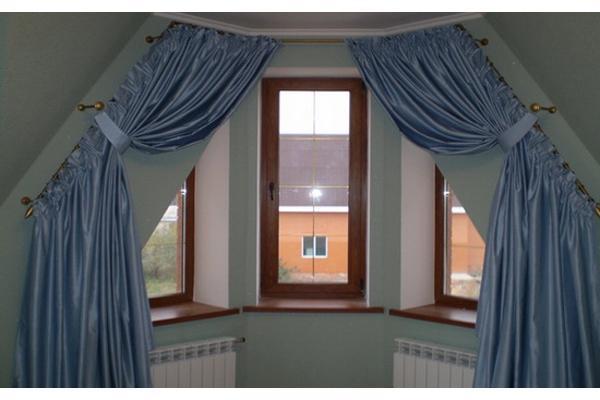 Окна и балкон трапецией как оформить шторами
