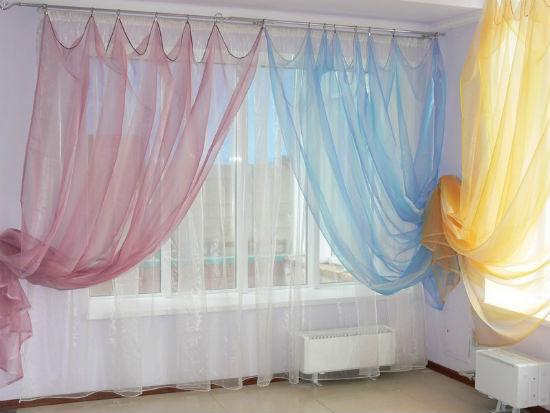 Сочетание нескольких оттенков тюлевых занавесок в оформлении окон спальни