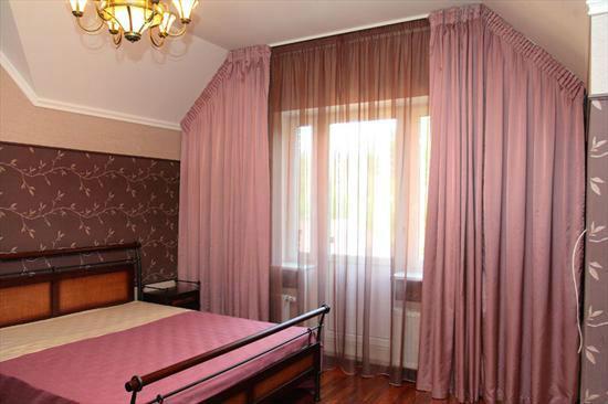 Тюль на окне спальни в цвет отделки стен