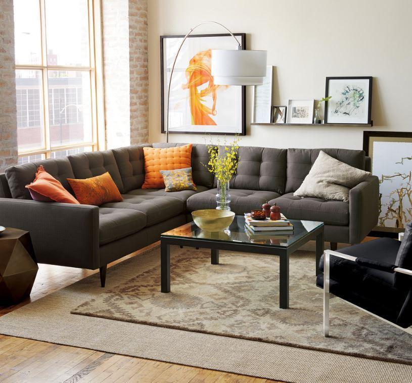Большой серый диван с резными ножками