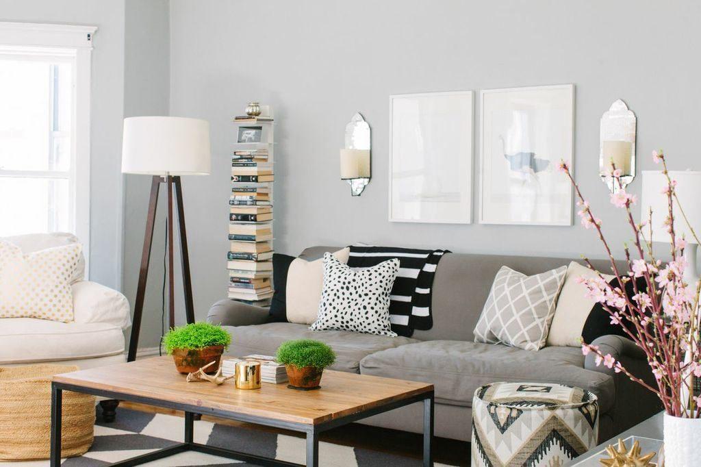 Прямой серый диван у светлой стены