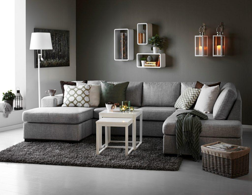 Стильный П-образный диван серого цвета в интерьере с ковром