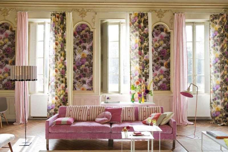 шторы в гостиной с узкими окнами