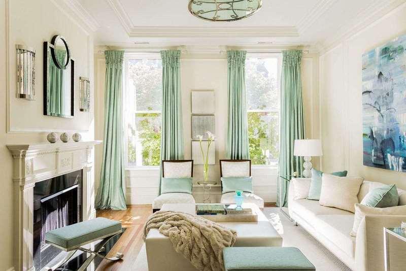 шторы на узкое окно в интерьере гостиной