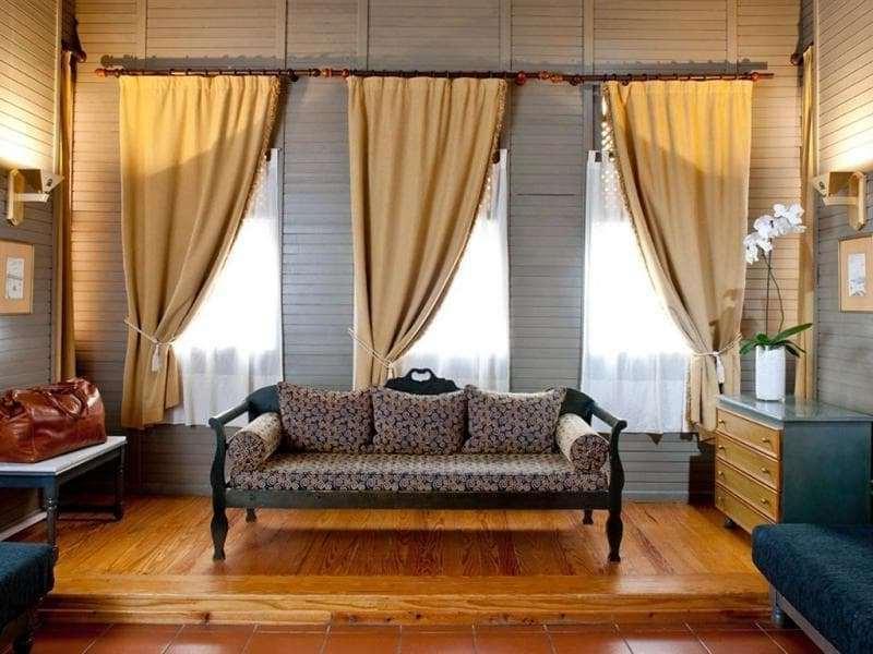 если узкие окна находятся рядом то можно разместить шторы на одном карнизе