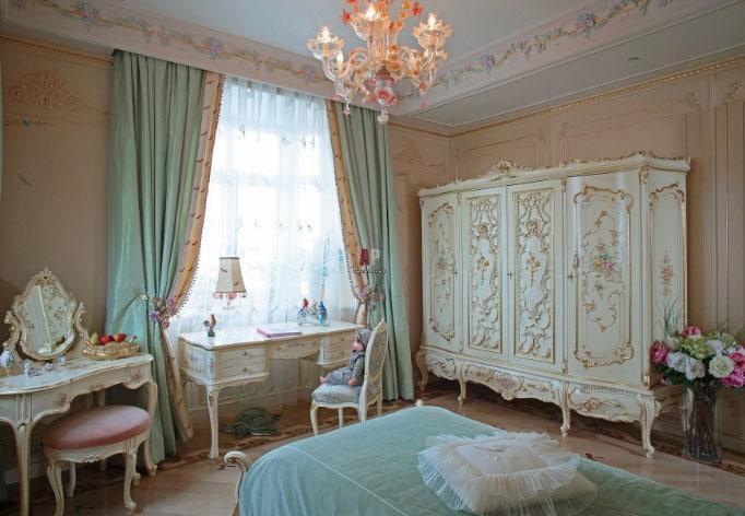 шторы с бахромой в интерьере спальни