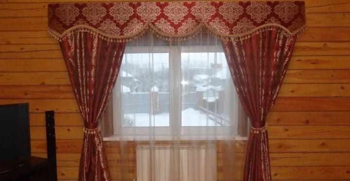 красные шторы с бахромой в интерьере