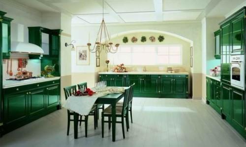Большая кухня изумрудного цвета