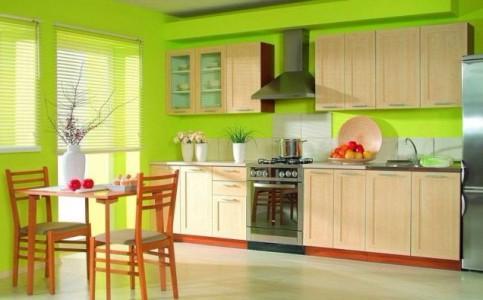 Кремовая кухня на фоне зеленых стен