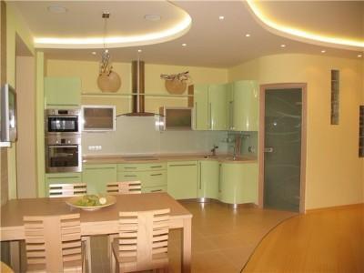 Фисташковый кухонный гарнитур на фоне светло-кофейных стен