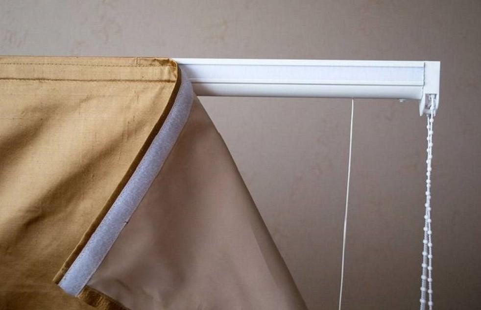 Крепление шторы на липучке во многом упростит уход за оконным проемом