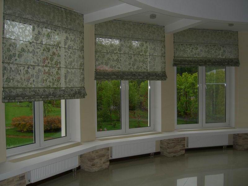 Крепление римской шторы над оконным проемом позволяет не загромождать его дополнительными элементами декора