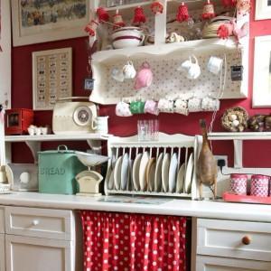 Дизайн красной кухни в стиле кантри