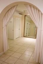 Занавески бежевые на арку в коридоре фото