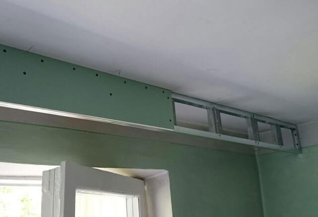 как вешать гардину на потолок