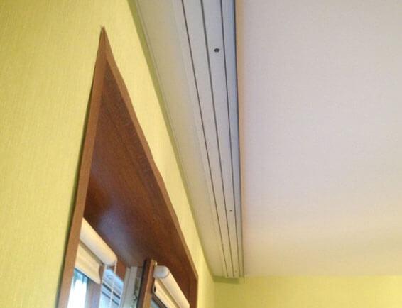 как повесить гардину на потолок