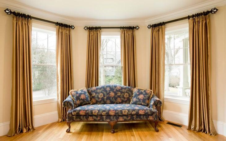 шторы на кольцах в интерьере зала