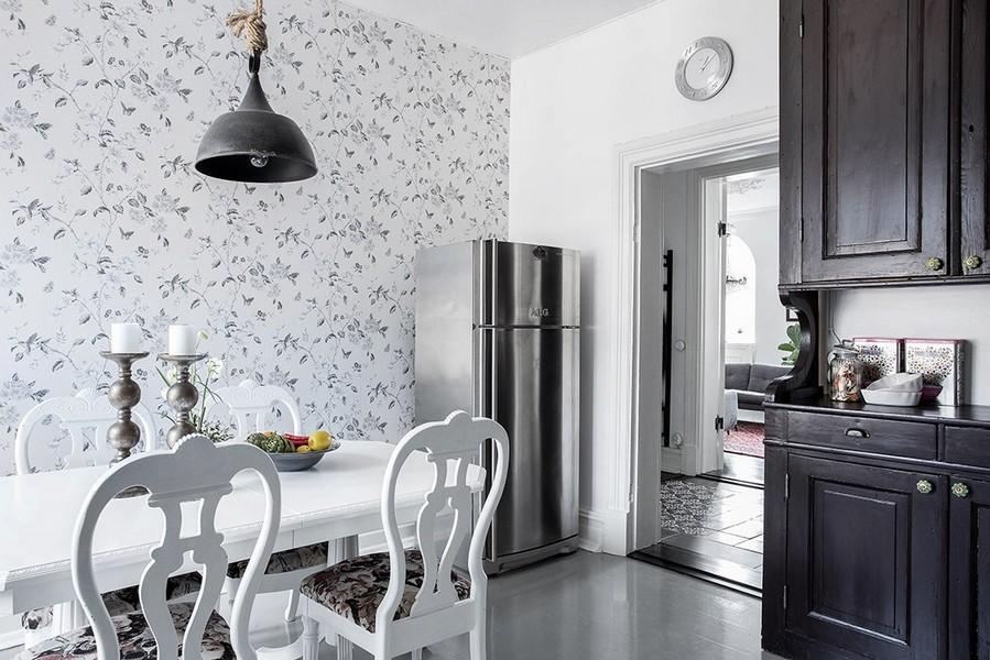 Светлые обои с редким рисунком на стене кухни