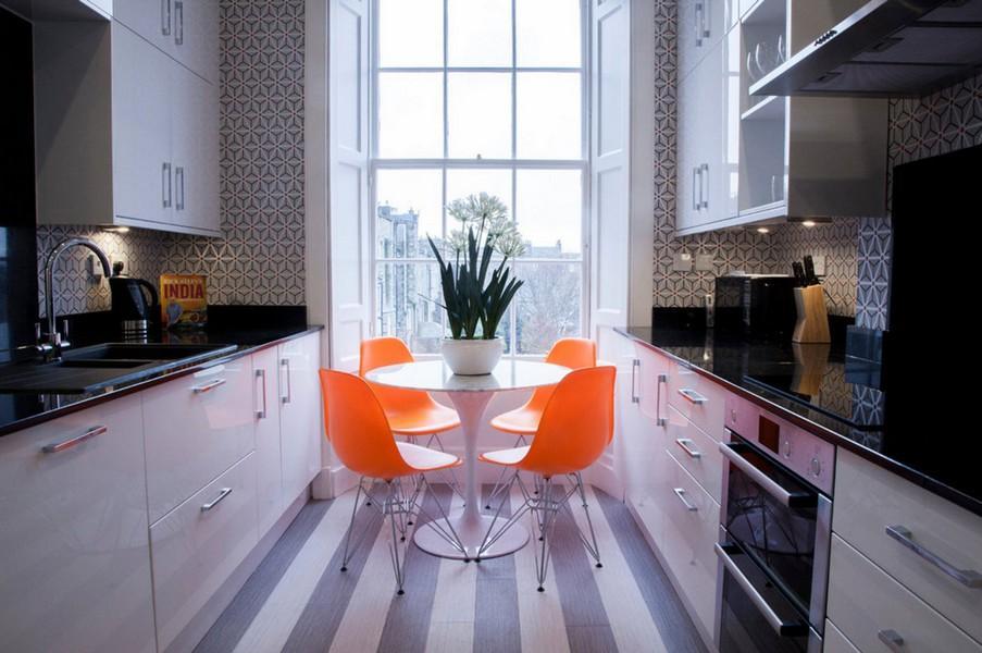 Оранжевые стулья в узкой кухни параллельной планировки