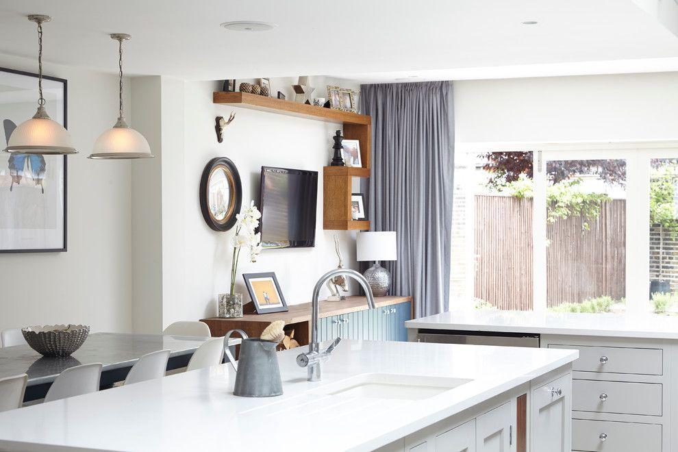 Белая кухня с модными шторами серого оттенка