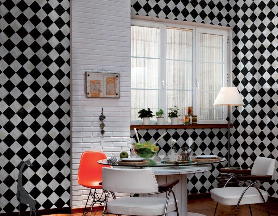 Обои в черно-белую клетку на кухонных стенах