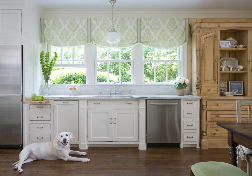 Короткие шторы в кухне с окнами на западную сторону дома