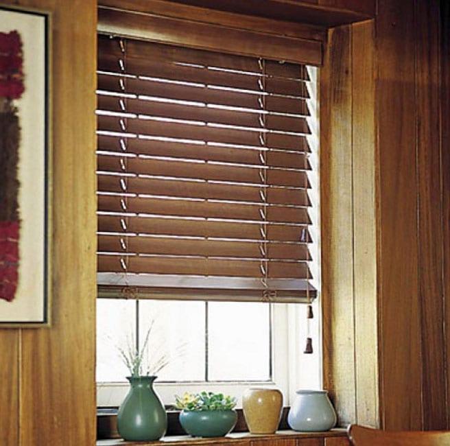 жалюзи из дерева на маленькое окно на кухню