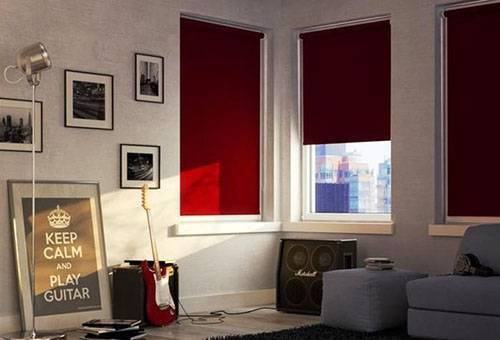 Рулонные шторы-блэкаут полностью затемняют комнату и не портят её вид