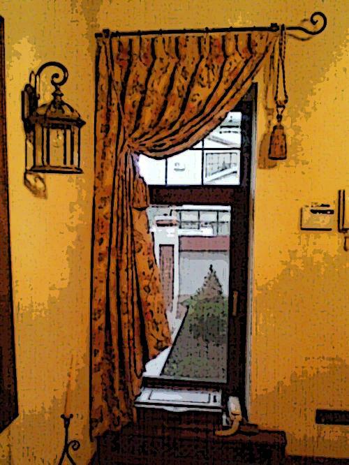 Такая штора на одну сторону может быть пошита как на окно, так и на дверной проем