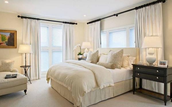 Спальную комнату лучше всего отделывать в классическом стиле, в стиле барокко, ампир, рококо, такой интерьер предполагает сдержанные тона, светлые цвета, прямые линии