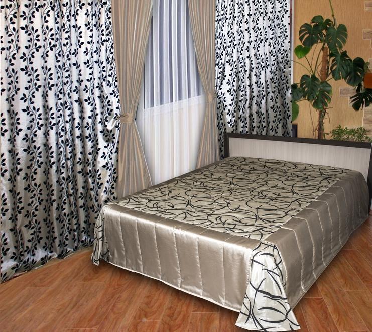 Шторы и покрывало в спальню, которые выступают как акцент комнаты, должны гармонировать между собой не только визуально, но и практически