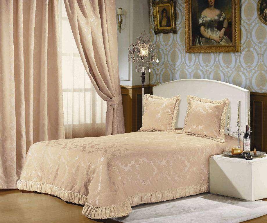 Как правило, шторы в классическом стиле изготавливаются из бархата или шелка