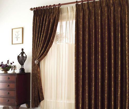 Плотные коричневые шторы